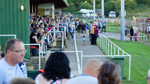 Grandstand Crowd : Image By Ian Groves