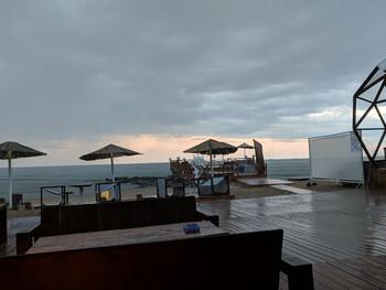 Перед ночью свинг танцев на пляже был дождь. Было весело и необычно