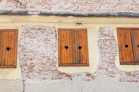לבבות בחלונות