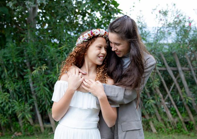 נערת בת המצווה עם אחותה הבכורה