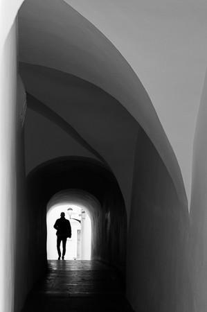 איש במנהרה