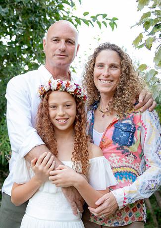 אבא, אמא וילדת בת המצווה בחגיגתה