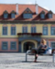 צילום אורבני, רומניה, אשה בכיכר העיר