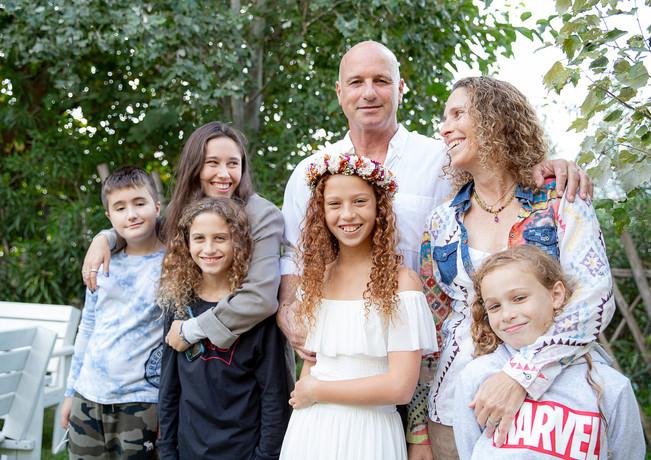 צילום משפחתי בחגיגת בת המצווה של אגם