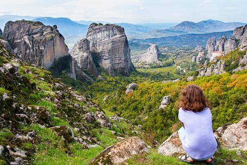ילדה צופה למטאורה ביוון