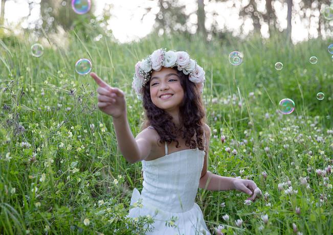 שירה מפריחה בועות סבון ביער
