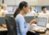gente trabajando y comiendo