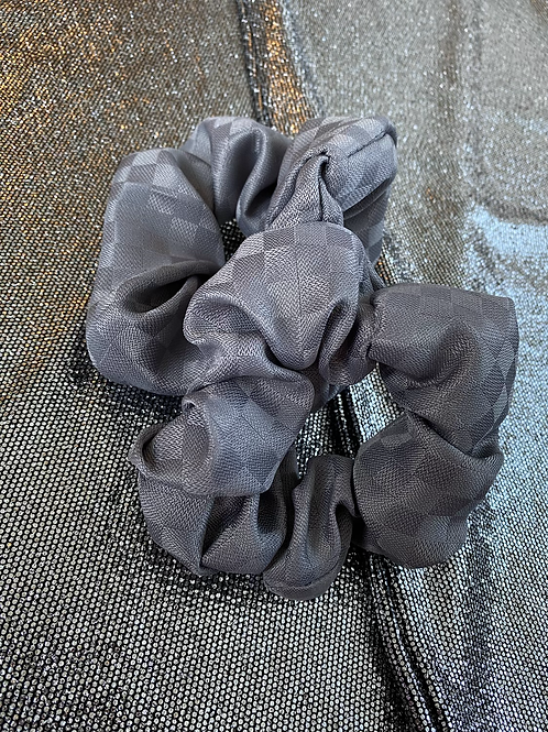 GREY CHECK SCRUNCHIE