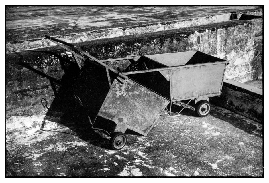 Carretillas en un patio de café. Turín, 2016