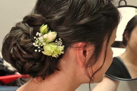 Hochzeitsfrisur mit Blumenschmuck