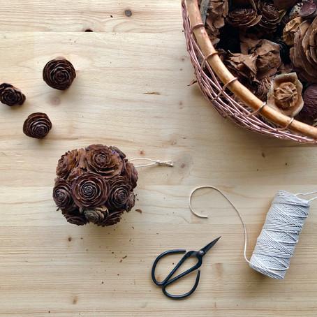Déco : la boule aux fleurs de bois