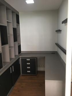 Escrivaninha, gaveteiro e estante