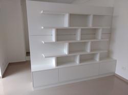 Divisória de ambiente com estante modular e gavetas