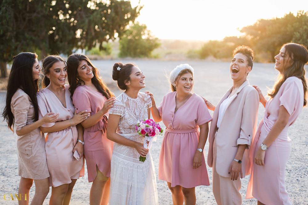 מאוד רצוי לתכנן לוח זמנים לפני החתונה - כלה מוקפת במלוות וכולן לבושות ורוד