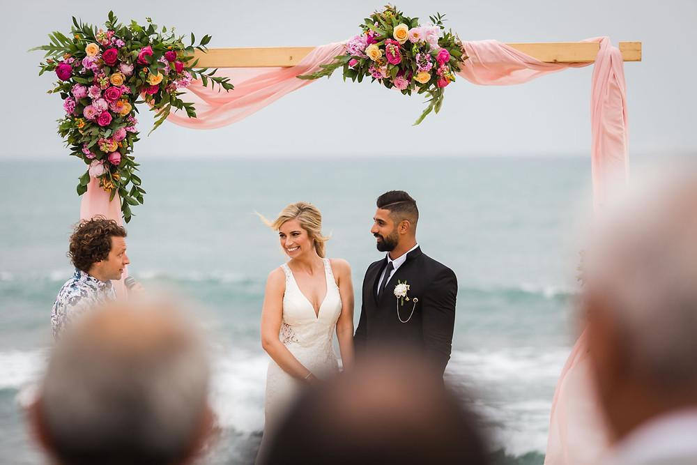 הפקת חתונה על הים, מפיקי חונה מומלצים במרכז, חופה מעוצבת פרחים מול הים