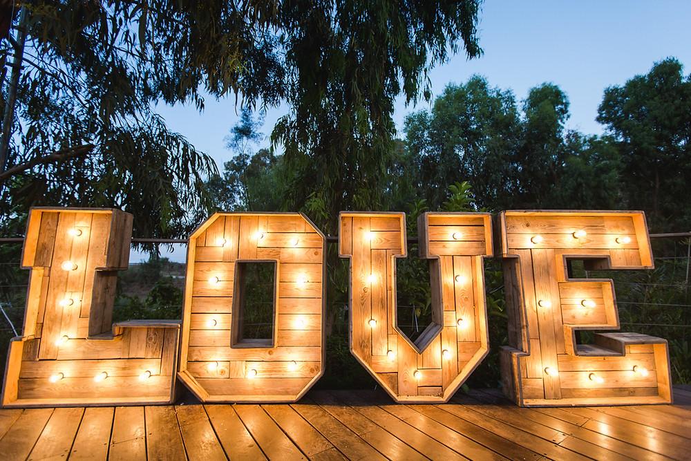 שלט LOVE, עיצוב חתונה בשרון, צילום חתונות בשרון