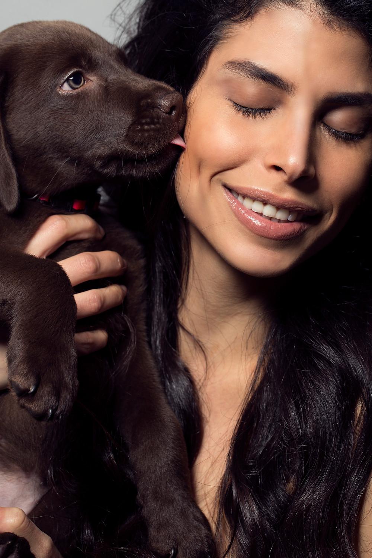 צילום פורטרט, דוגמנית עם כלב, לברדור חום, תמונות פורטרט מקצועיות