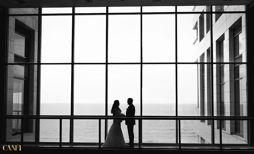 תכנון לוז יום חתונה - זוג מתחתן במלון אורכידאה אוקיינוס הרצליה על רקע הים