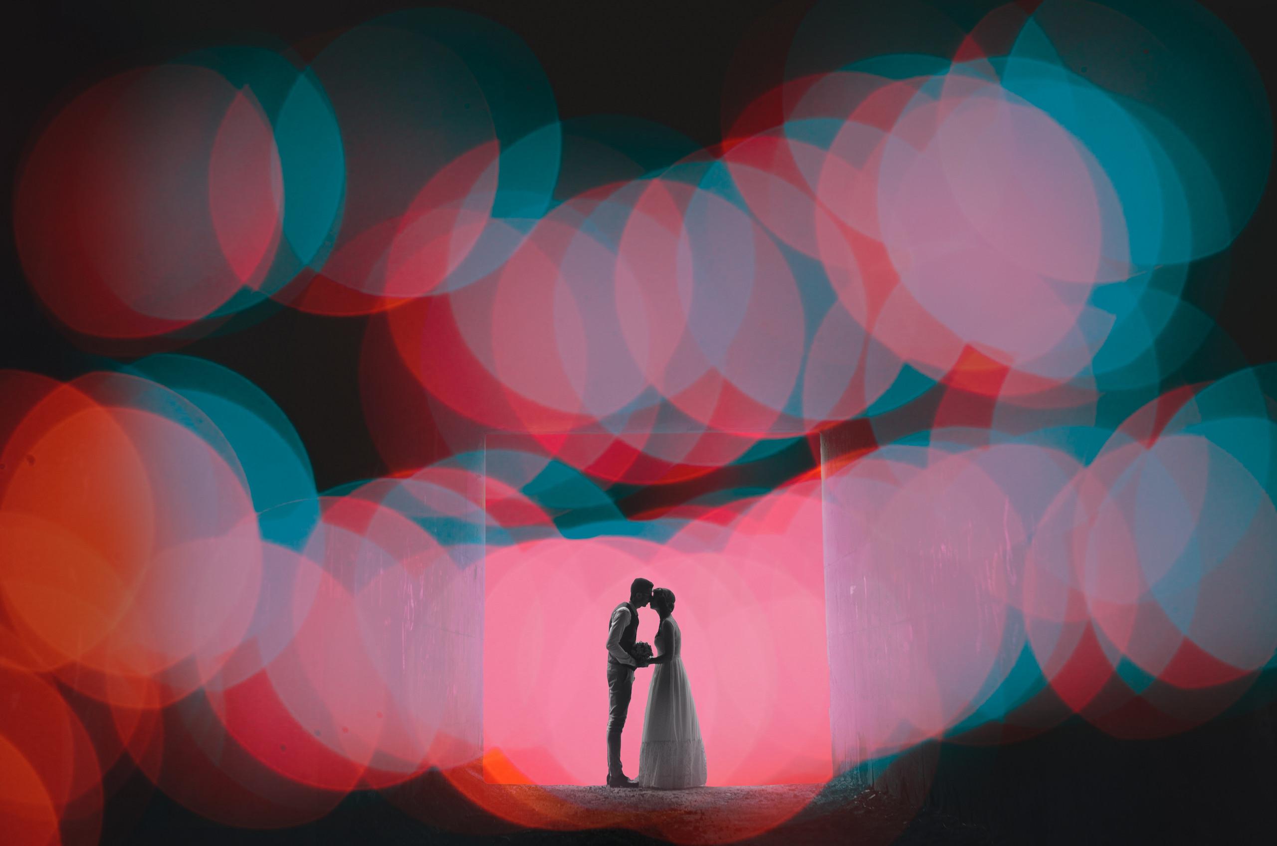 צילומי חתונה מיוחדים - זוג מצטלם עם אורות אחוריים, מתחת לגשר ליד הים, קיבוץ החותרים, חתונה מזווית קצת אחרת