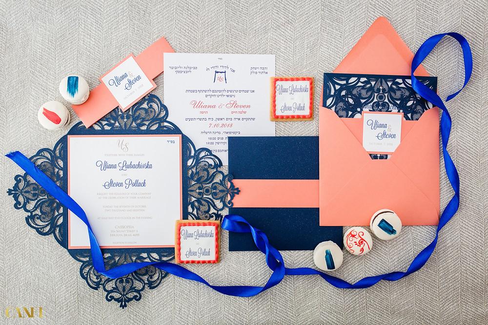 צילום עילי של שולחן כלה עליו מונחות הזמנות חתונה, טבעות נישואין תכנון לוז יום חתונה