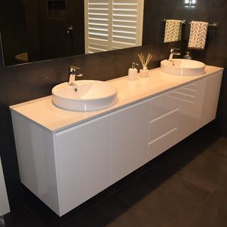 Main Bathroom Pic 6.JPG