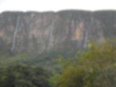 Imagem das 4 cachoeiras que descem do paredão da Serra da Canastra