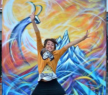 Performance Graffiti Live pour la première de l'évènement Cham Au Sommet - Réinterprétation du logo de la Compagnie des Guides de Chamonix. Un chamois volant, un Chamoiseau?  c'est la fable du chamois volant. un chamois survole les cimes et grâce à ses ailes il peut enfin prendre de la hauteur, voir la vallée d'un nouvel oeil dans un ciel coloré, joyeux et magique. des volutes, des courbes de couleurs, de la joie, de l'amour émane de cette fresque, l'artiste avec ses tee shirt Holy Chamouny s'envole de joie devant son oeuvre! cor oui la vie est une magie ! Merci!