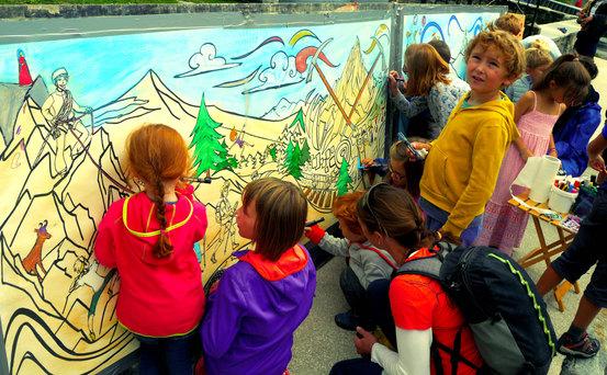 Les enfants mettent en valeur l'oeuvre collective