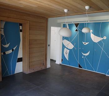 Fresque d'intérieur, Peinture sur placard danssalon de luxe dans un chalet haut de gamme à Chamonix mont blanc. Style graphique, épurée, inspiré de Miro et des Sahdoks