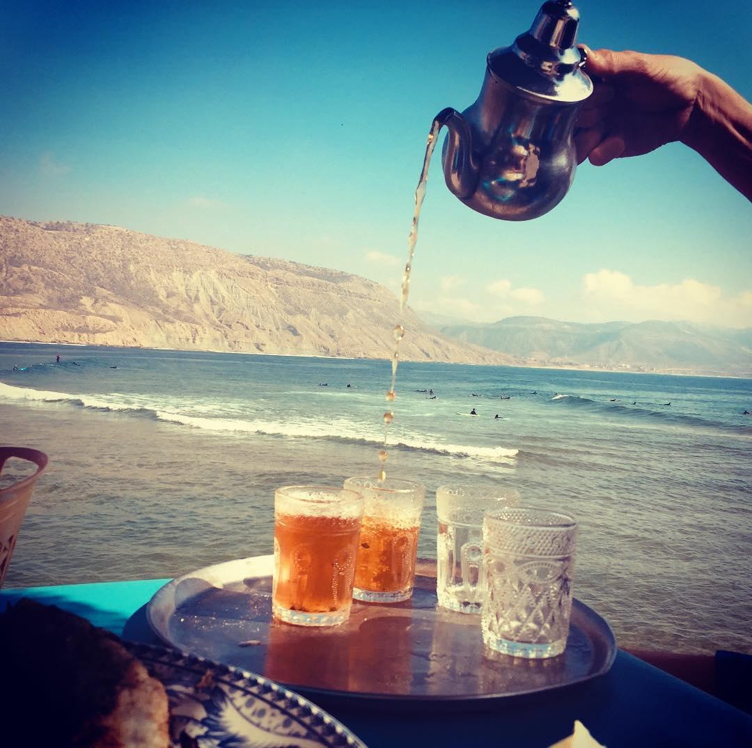 Thé à la menthe sur le port