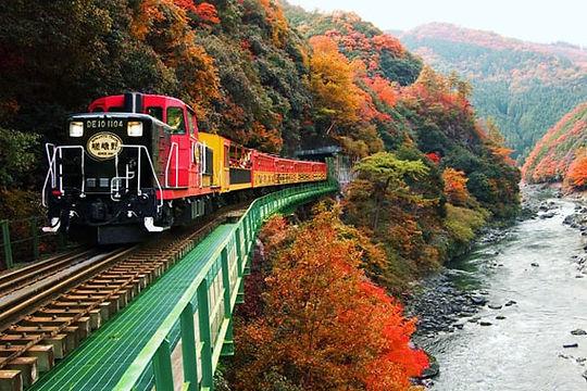 紅葉のトロッコ列車