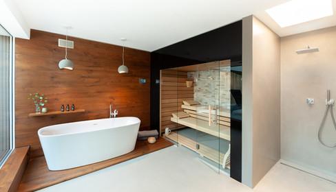 Wellnessbereich mit Sauna und freistehender Badewanne