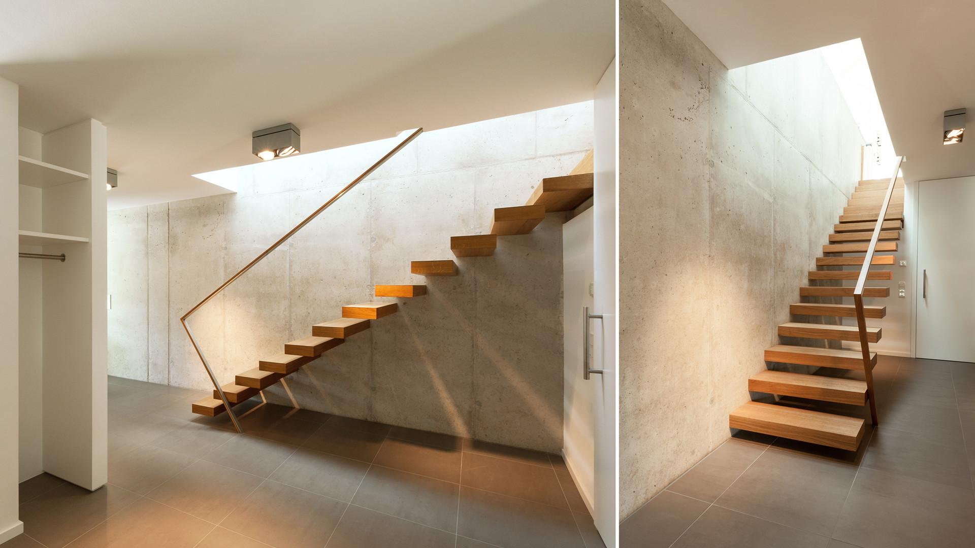 Frei auskragende Treppe an Betonwand