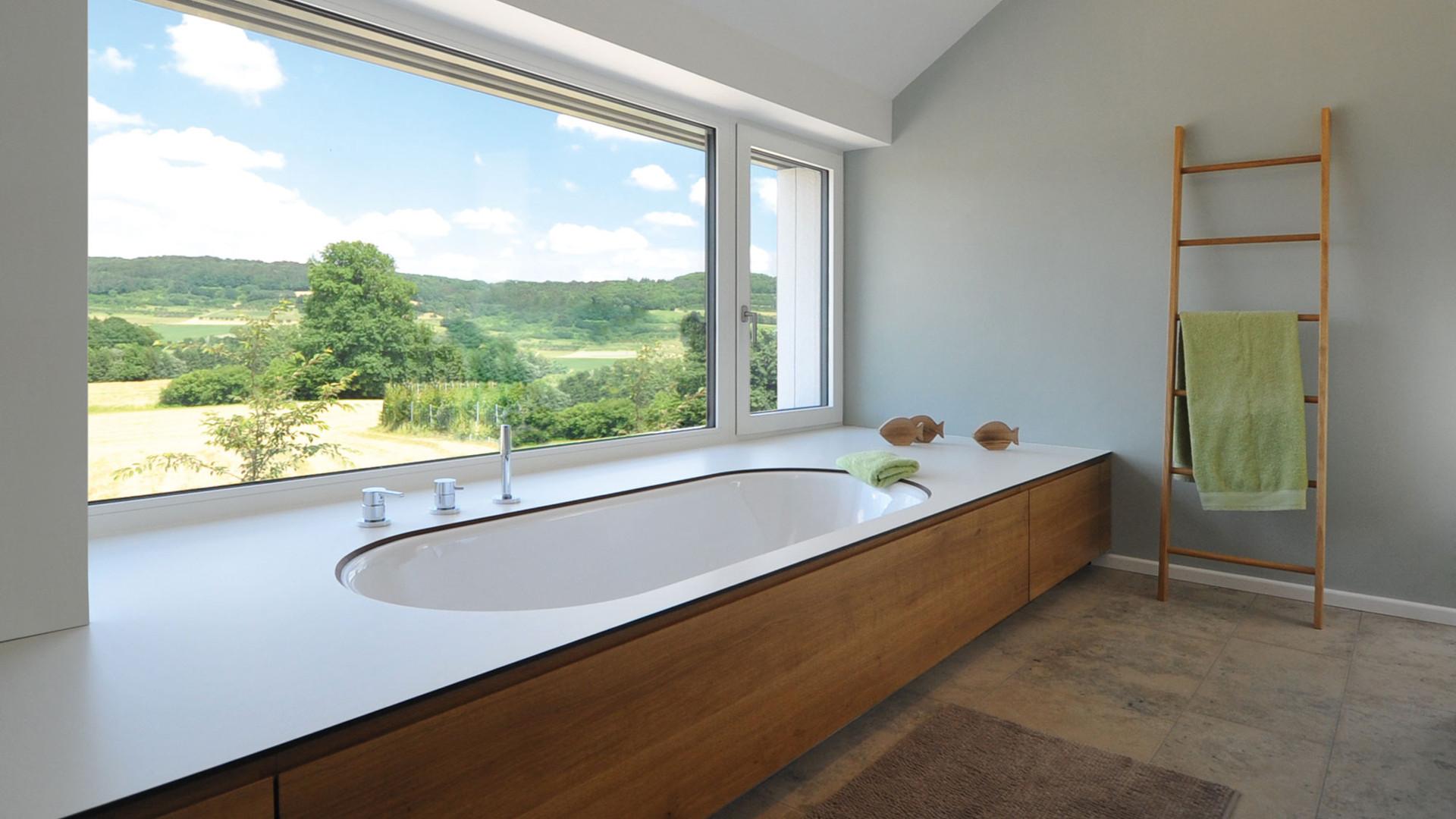 Badewanne mit Panoramablick in die Landschaft