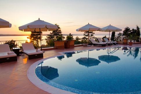 à beira da piscina do Hotel