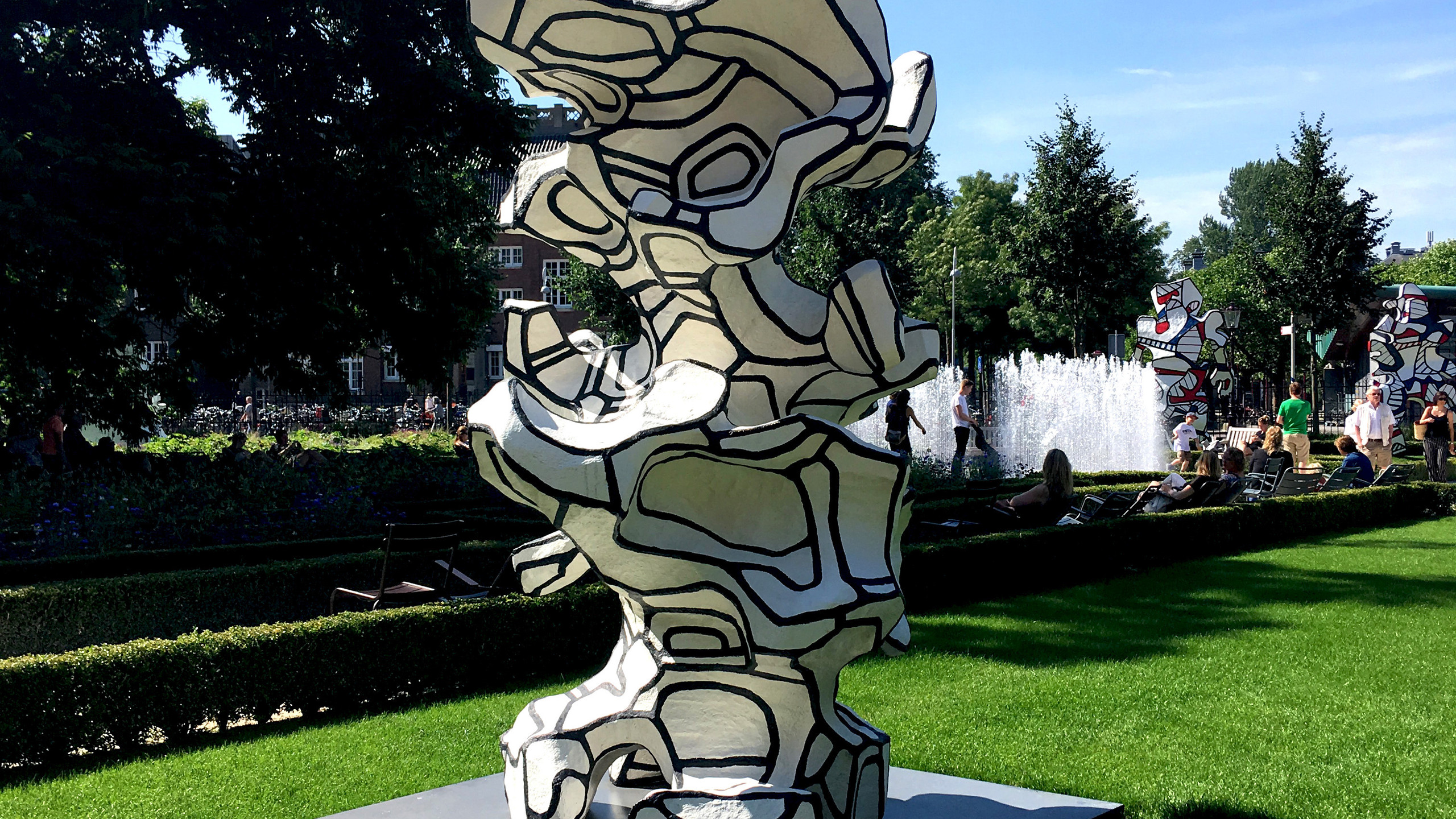 The Tour aux Recits (Stories tower) is part of a group of architectural sculptures, the most important of which is the 24-metre-high Tour aux figures (Tower with figures) built near Paris. In photo montages Dubuffet showed that he wanted to realize this kind of sculpture in the city, for instance a town house between two blocks of flats.