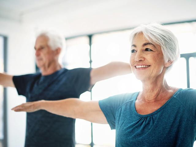 Pareja de ancianos Practicar Yoga