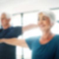 Couple âgé pratiquent le yoga