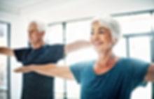 Coppie anziane Yoga Praticare