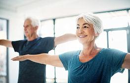 Äldre par yoga