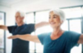 Ältere Paare Üben Yoga