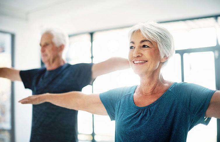 Ältere Paare machen Yoga