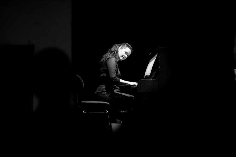 "Pianistin Duo `Pariser Flair"""