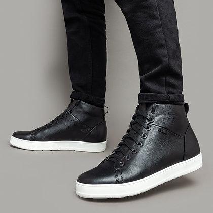 Черные кожаные ботинки на белой подошве