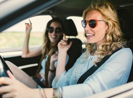 Psicólogos explicam por que cantar no carro nos dá tanto prazer