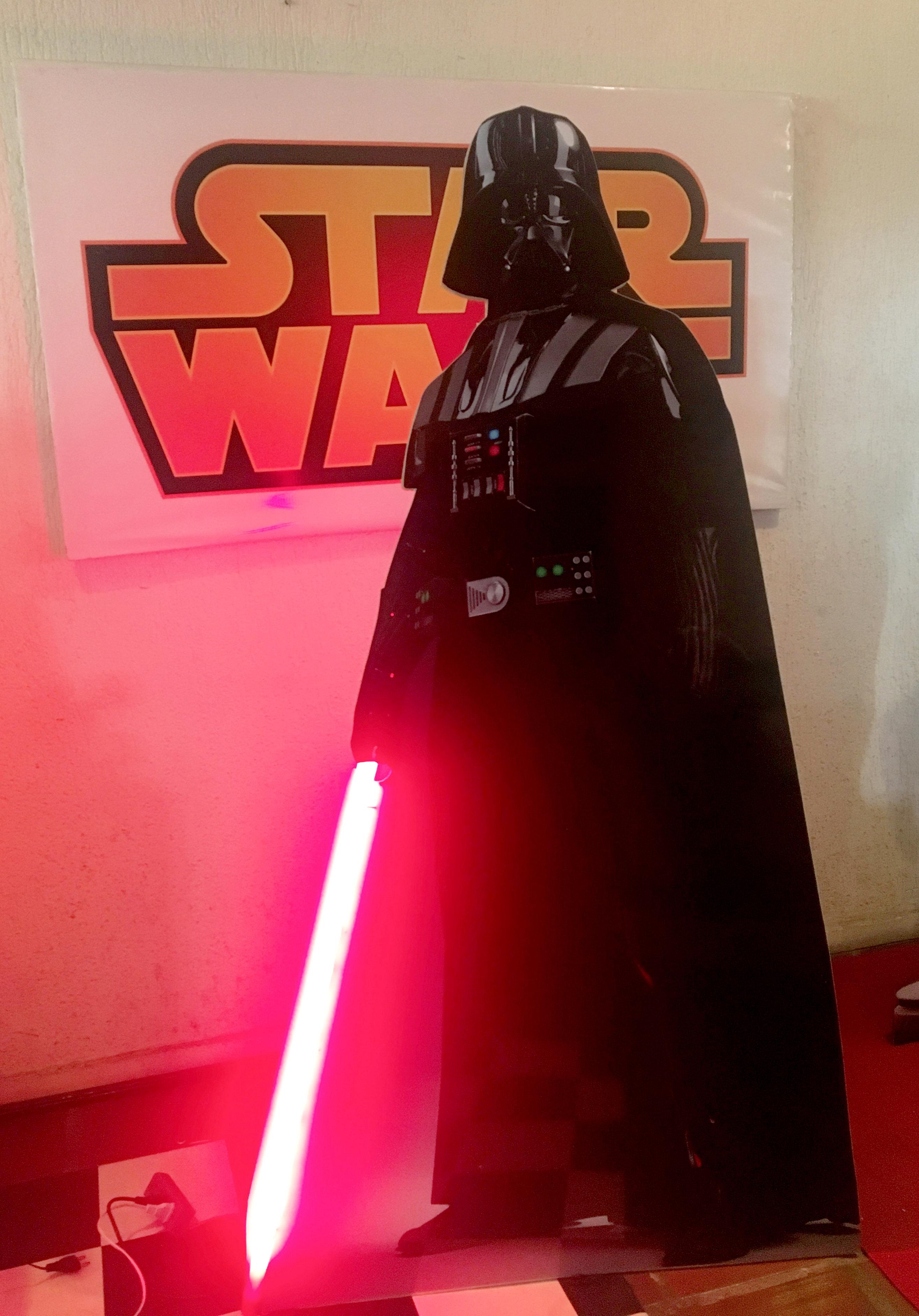 Toten Darth Vader com Sabre  de Luz