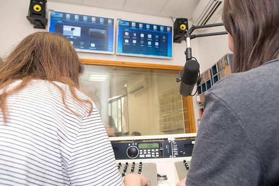 רדיו בתיכון - רדיו אחר