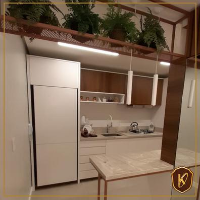 Cozinha com geladeira revestida de madeira