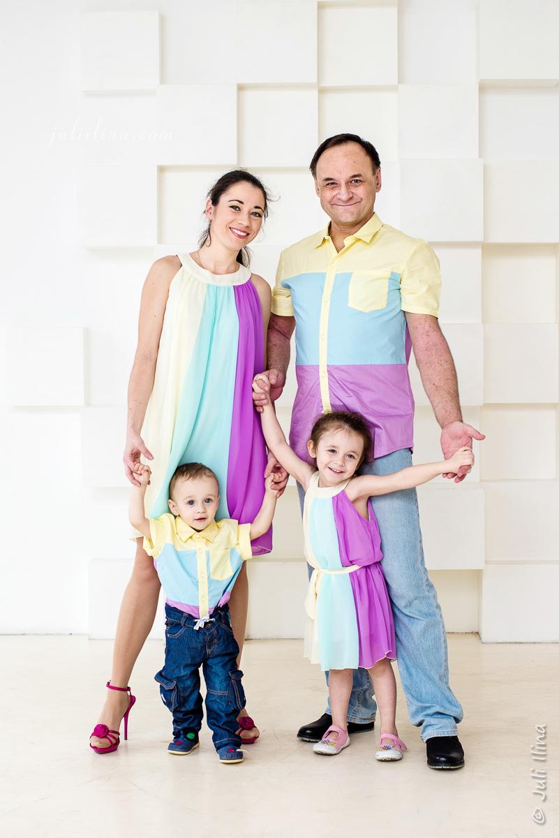 Студийный семейный портрет