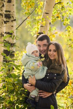 Семья в осеннем лесу